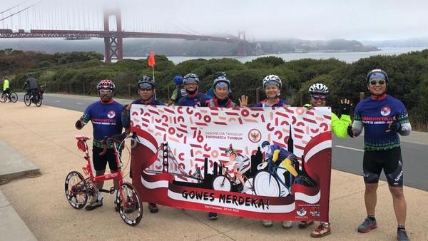 Dalam rangka menyambut HUT Ke-76 RI, diaspora Indonesia di Amerika Serikat (AS) bersama-sama menyeberangi jembatan ikonik Golden Gate di kota San Francisco pada tanggal 24 Juli 2021 lalu. Ada seratus peserta dari beberapa kota besar di AS yang ikut acara ini. (dok. KJRI San Fransisco)