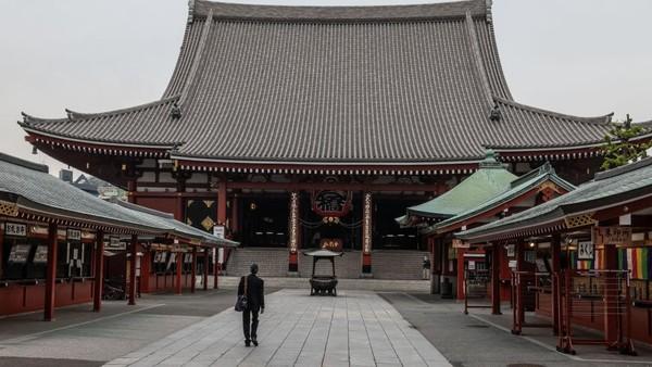 Selanjutnya ada Kuil Sensoji yang merupakan kuil Buddha tertua di Tokyo, Jepang. Ini merupakan salah satu destinasi yang selalu ramai dikunjungi wisatawan saat ke Jepang. Carl Court/Getty Images.