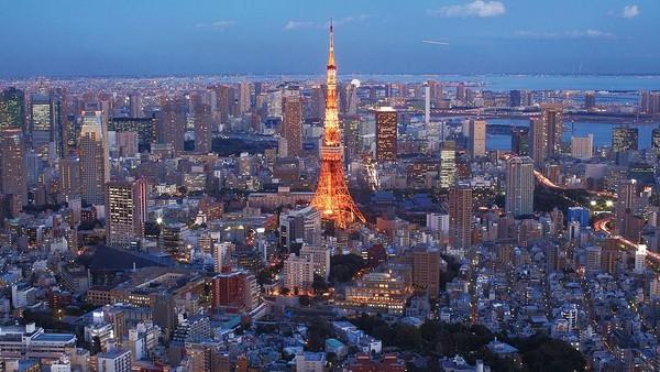Tak hanya menjadi destinasi wisata populer, Tokyo Tower juga menjadi salah satu ikon negara Jepang. Tokyo Tower dulunya adalah menara tertinggi di Jepang yang berdiri pada tahun 1957. Menara ini awalnya adalah menara pemancar sinyal televisi. Karena keberadaannya yang menjulang tinggi, Tokyo Tower akhirnya dikenal sebagai landmark dari Jepang. Selain sebagai pemancar sinyal, kini Tokyo Tower dijadikan sebagai salah satu tempat wisata menarik di Jepang. Adam Pretty/Getty Images.
