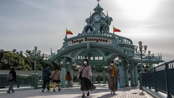 Selanjutnya ada Tokyo Disneyland dan Tokyo DisneySEA. Taman bermain seluas 115 hektar ini tetap menjadi favorit liburan keluarga di Jepang dan jadi pilihan tempat wisata di Tokyo. Aneka wahana permainan yang identik dengan Disney bisa kamu nikmati untuk seru-seruan di Tokyo. Carl Court/Getty Images.