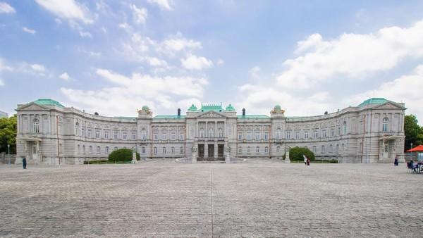 Selain Imperial Palace East Gardens, Tokyo juga memiliki Istana Akasaka atau Akasaka Palace. Dibangun pada tahun 1909, istana bergaya neobaroque ini didirikan sebagai Istana Putra Mahkota. Tak jarang istana ini juga digunakan sebagai tempat untuk menyambut kepala negara, bangsawan, maupun pejabat dari berbagai negara dunia yang tengah berkunjung ke Tokyo. Dok. Kakidai via Wikipedia.