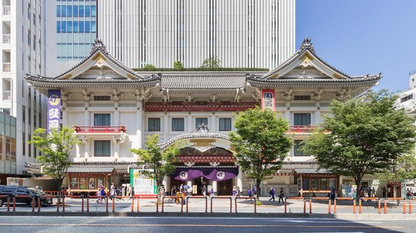 Kabukiza yang berada di kawasan Ginza, Tokyo, juga jadi salah satu destinasi wisata populer di sana. Dibangun pada tahun 1889, Kabukiza dibangun sebagai teater khusus untuk pertunjukan kabuki. Kabuki sendiri merupakan seni pertunjukkan tradisional Jepang yang masuk ke dalam daftar Warisan Budaya Takbenda Jepang oleh UNESCO lho. Dok. Kakidai via Wikipedia.