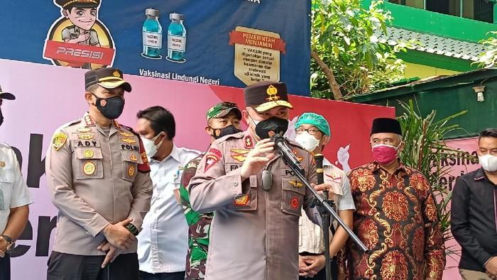 Kapolda Metro Jaya Irjen Fadil Imran tinjau gerai Vaksinasi COVID-19 Merdeka di Jakbar (Karin/detikcom)