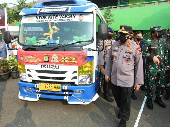 Kapolri Jenderal Listyo Sigit Prabowo meninjau posko PPKM dan mobil vaksinasi mobile di Jakarta