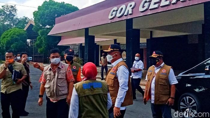 Kepala BNPB Letjen Ganip Warsito mengecek isolasi GOR Gelarsena Klaten, 28/7/2021.