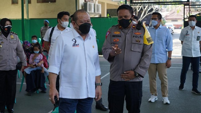 Ketua DPD RI La Nyalla Mattalitti saat meninjau vaksinasi di gerai vaksin Polres Malang