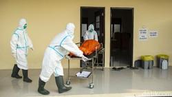 Petugas penjemput jenazah COVID-19 dari satuan tugas BPBD Kota Bekasi turut diterjunkan menjemput jenazah baik yang isolasi mandiri maupun di rumah sakit.