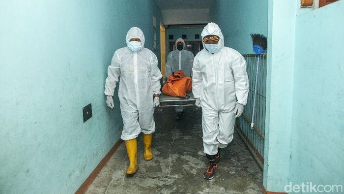 Para petugas penjemput jenazah COVID-19 merupakan satuan tugas dari BPBD Kota Bekasi yang ditugaskan untuk menjemput jenazah COVID-19 baik yang isolasi mandiri maupun di rumah sakit.