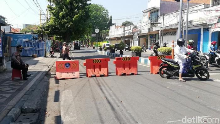 Kota Pasuruan menerapkan PPKM level 4. Meski demikian, penyekatan sejumlah ruas jalan utama dilakukan dengan buka-tutup.
