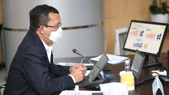 Direktur Utama PT Bank Tabungan Negara (Persero) Tbk. Haru Koesmahargyo (kanan) didampingi Jajaran Direksi Bank BTN Nofry Rony Poetra, Elisabeth Novie Riswanti, dan Nixon L.P. Napitupulu menunjuk laporan keuangan Bank BTN per 30 Juni 2021 di Menara BTN, Jakarta, Rabu (28/7). Bank BTN mencatatkan pertumbuhan penyaluran kredit dan pembiayaan sebesar 5,59% secara tahunan (year-on-year/yoy) dari Rp251,83 triliun menjadi Rp265,9 triliun. Pertumbuhan kredit tersebut turut menopang laju perolehan laba bersih Bank BTN yang tumbuh di level 19,87% yoy menjadi Rp920 miliar pada kuartal II/2021 dari Rp768 miliar di periode yang sama tahun lalu. Sementara, rasio kredit bermasalah (Non-Performing Loan/NPL) Bank BTN terekam turun dari 2,40% menjadi 1,87% di kuartal II/2021.