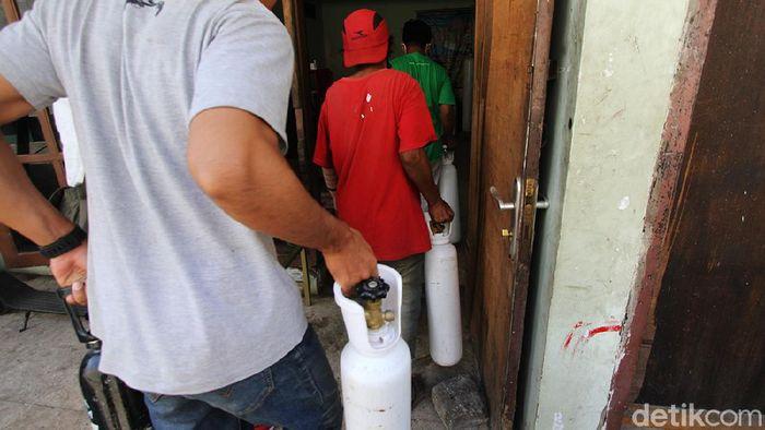 Siapa sangka dari bengkel barang rongsok ini ada dermawan yang rela memberikan sedikit rejekinya untuk menanggulangi pandemi. Apa sih aksinya?  Dermawan membuka posko pengisian tabung oksigen dengan membayar seikhlasnya di bengkel timbang barang rosok Sumringah di jalan Raya Grogol, Sukoharjo, Jawa Tengah, Selasa (27/7).