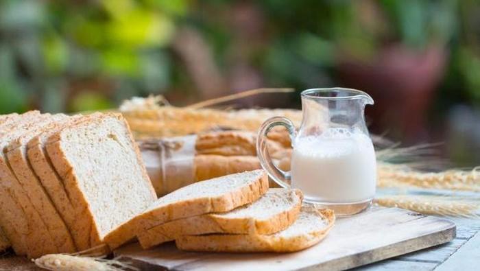 Menu sarapan roti dan susu.
