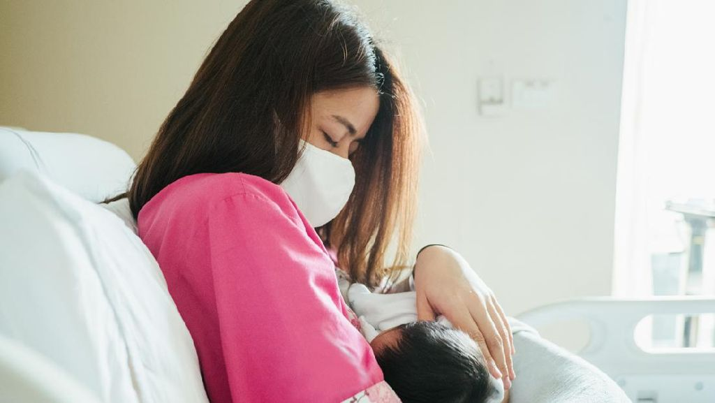 Begini Cara Aman Menyusui Bayi dari Ibu yang Positif Covid-19