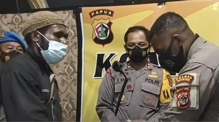 Insiden polisi pukul warga di Nabire, Papua, saat PSU berakhir damai, Rabu (28/7/2021).