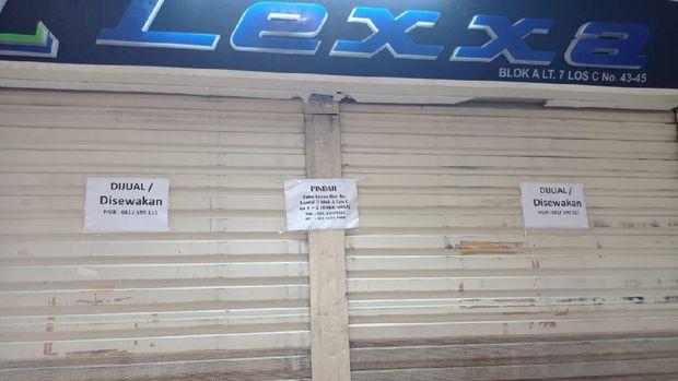 Banyak toko di pasar Tanah Abang yang dijual