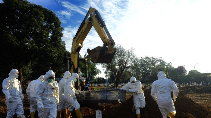 Peziarah melakukan ziarah kubur di pemakaman khusus COVID-19, Macanda, Kabupaten Gowa, Sulawesi Selatan, Selasa (27/7/2021). Kapasitas pemakaman khusus C0VID-19 di daerah tersebut sejumlah 1.000 makam telah terlampaui, dengan catatan 1.148 makam, dan untuk sementara pemerintah setempat mengeluarkan kebijakan membolehkan jenazah COVID-19 dimakamkan di pemakaman umum asal memenuhi standar protokol kesehatan. ANTARA FOTO/Abriawan Abhe/foc.