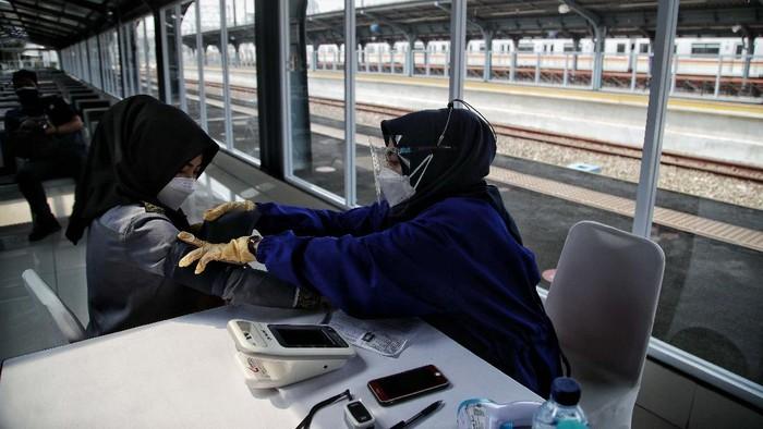 Sejumlah warga menerima vaksin COVID-19 di Stasiun Jakarta Kota, Rabu (28/7). Sedikitnya 200 dosis vaksin disediakan untuk warga yang sudah mendaftar online.