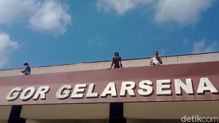 Puluhan warga yang terkonfirmasi positif COVID-19 Kabupaten Klaten beraktivitas olahraga pagi dan berjemur di tempat isolasi terpusat GOR Gelarsena, Klaten, Jawa Tengah.