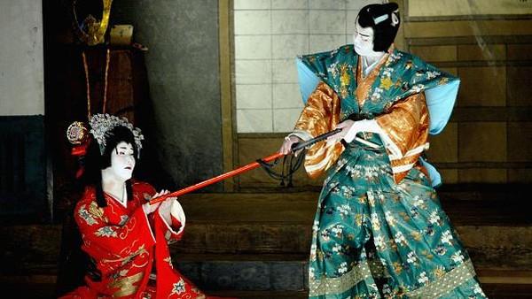 Bicara mengenai kabuki maka tak dapat dilepaskan dengan penampilan para pemerannya yang beraksi dengan menggunakan riasan tebal di wajah. Getty Images/Koichi Kamoshida.