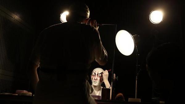 Diketahui pada mulanya teater kabuki pertama kali dipentaskan oleh sekelompok wanita. Seiring dengan kian dikenalnya kabuki, pertunjukkan teater itu kemudian hanya diperankan oleh pria karena pada masa kepemimpinan Shogun Tokugawa muncul aturan yang melarang wanita tampil dalam sebuah pertunjukkan. Getty Images/Carl Court.