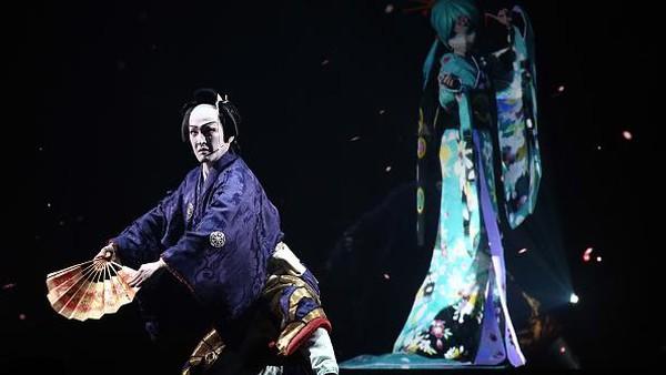 Pertunjukkan kabuki kian megah nan meriah dengan kehadiran iringan musik tradisional juga tata panggung yang menawan. Hal itu dilakukan untuk mendukung penampilan para pemeran di atas panggung. Getty Images/Carl Court.