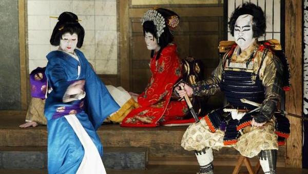 Kabuki tak hanya ditampilkan saat ada perayaan-perayaan khusus seperti pembukaan Olimpiade Tokyo 2020 kemarin. Wisatawan yang hendak menyaksikan pertunjukkan kabuki juga dapat menyaksikannya di sejumlah teater yang tersebar di berbagai wilayah Jepang. Salah satu teater kabuki yang terkenal adalah Kabukiza Theatre yang berada di kawasan Ginza, Tokyo. Getty Images/Koichi Kamoshida.