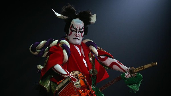 Kini pertunjukkan kabuki tak hanya menjadi media hiburan masyarakat, seni teater tradisional ini bahkan menjadi ikon dan kebanggaan Jepang. Selain itu, teater kabuki pun masuk dalam daftar Warisan Budaya Takbenda UNESCO lho. Getty Images/Carl Court.