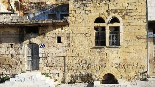 Saat menyambangi kota ini, mata akan disambut bangunan berarsitektur kuno yang didominasi warna kuning. Masih terdapat 657 bangunan warisan yang masih berdiri di kota As-Salt.