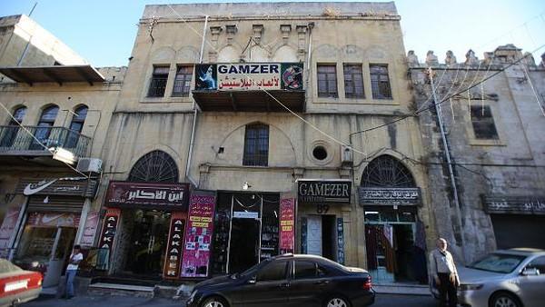 Arsitektur khas kota ini adalah hasil industrialisasi selama era Ottoman yang melihat pengrajin Suriah, Turki, dan Palestina awalnya tiba di kota untuk mencari pekerjaan.