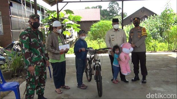 Presiden Jokowi melakukan video call ke bocah Arga (13) yang menjadi yatim piatu karena ibu-ayahnya wafat akibat COVID-19. (Suriyatman/detikcom)