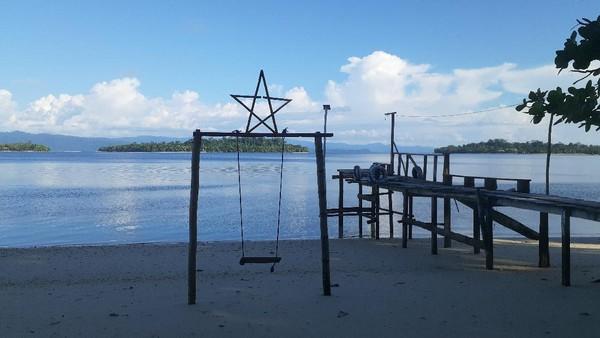 Namun sebenarnya Mowirin merupakan salah satu nama pantai di Pulau Kapotar. Pantainya berpasir putih halus, berair tenang, dan cocok untuk bersnorkel menyaksikan berbagai jenis ikan. (Hari Suroto/Istimewa)