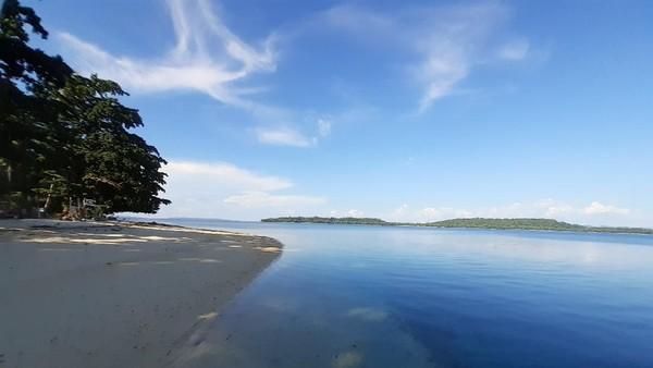 Pulau Kapotar adalah sebuah pulau kecil yang berada di Kampung Mambor, Distrik Kepulauan Moora, Kabupaten Nabire, Papua. Pulau cantik ini dapat dicapai dari Pelabuhan Samabusa sekitar 30 menit menggunakan speedboat. (Hari Suroto/Istimewa)