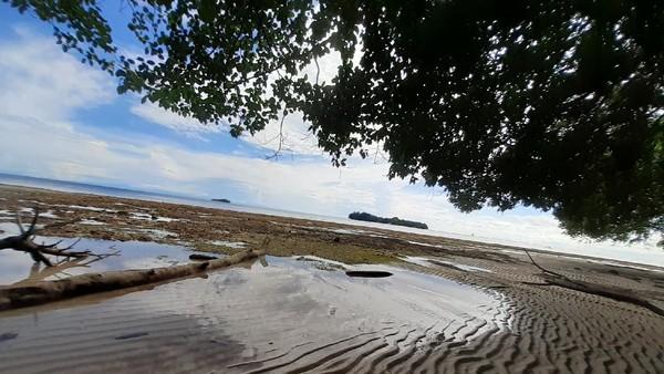 Jika traveler ingin berkomunikasi dengan ponsel, maka harus menunggu air laut surut. Kemudian traveler berjalan ke arah laut yang kering sejauh sekitar 100 meter, baru dapat sinyal 2G. Itupun tidak stabil. (Hari Suroto/Istimewa)