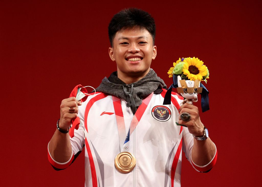 TOKYO, JAPAN - JULY 28:  Bronze medalist Rahmat Erwin Abdullah of Team Indonesia poses with the bronze medal during the medal ceremony for the Weightlifting - Men's 73kg Group A on day five of the Tokyo Olympic Games at Tokyo International Forum on July 28, 2021 in Tokyo, Japan. (Photo by Chris Graythen/Getty Images)
