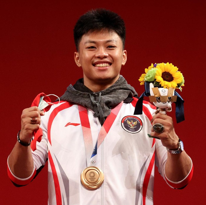TOKYO, JAPAN - JULY 28:  Bronze medalist Rahmat Erwin Abdullah of Team Indonesia poses with the bronze medal during the medal ceremony for the Weightlifting - Mens 73kg Group A on day five of the Tokyo Olympic Games at Tokyo International Forum on July 28, 2021 in Tokyo, Japan. (Photo by Chris Graythen/Getty Images)