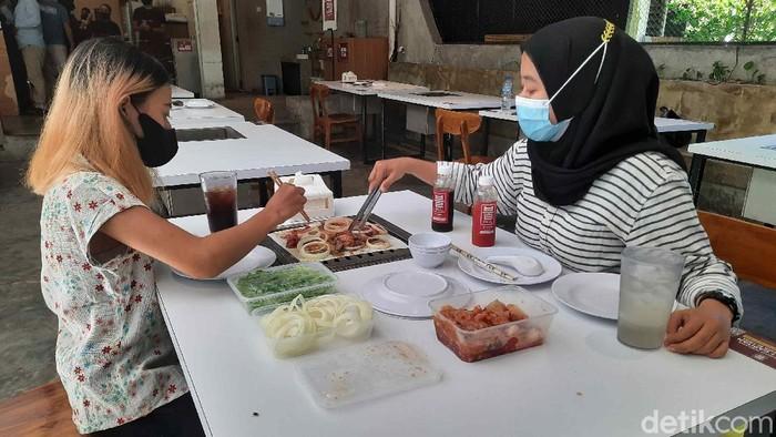 Sebuah restoran di Surabaya berusaha menerapkan aturan 20 menit makan di tempat. Maka dari itu, resto ini punya timekeeper.