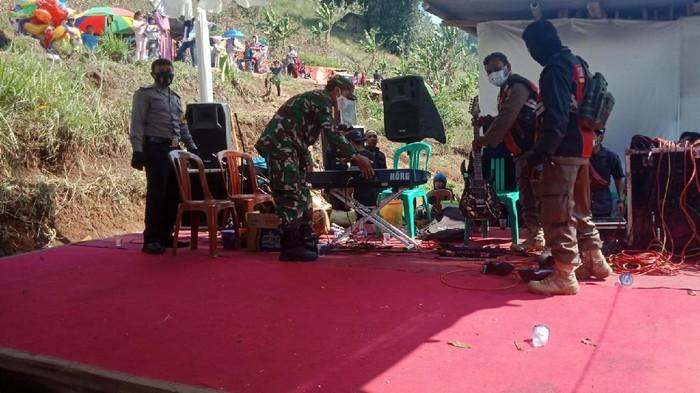 Satgas menertibkan acara musik dan jaipong di Bandung Barat