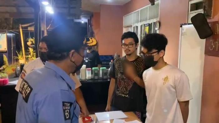 Satpol PP Samarinda diacungkan jari tengah saat sosialisasi PPKM level 4 ke kafe-kafe. (dok Istimewa)
