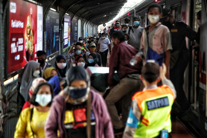Penerapan PPKM Level 4 mewajibkan pengguna Commuter Line untuk membawa STRP. Begini kondisi penumpang Commuter Line di Stasiun Kota.