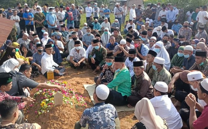 Suasana pemakaman almarhum Ketua MUI Labura Aminurrasyid Aruan di tempat pemakaman umum Kampung Terutung Kelurahan Aekkanopan. (ANTARA/Sukardi)