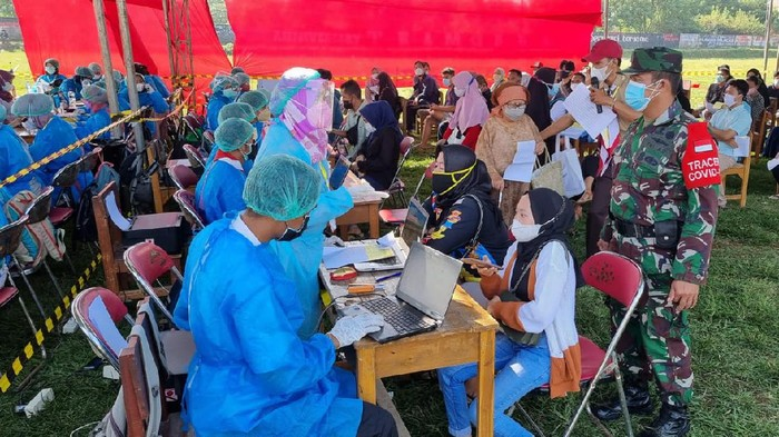 Suasana vaksinasi massal di wilayah Cilebut Kabupaten Bogor
