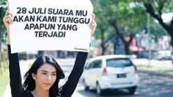 Raffi Ahmad-Tyas Mirasih Angkat Poster dengan Pesan yang Sama, Ada Apa?