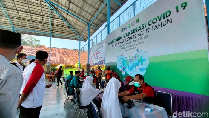 Vaksinasi untuk anak di Kabupaten Majalengka, Jawa Barat mulai digalakkan. Ditargetkan ada 99 ribu anak usia 12-17 tahun yang akan divaksin COVID-19.