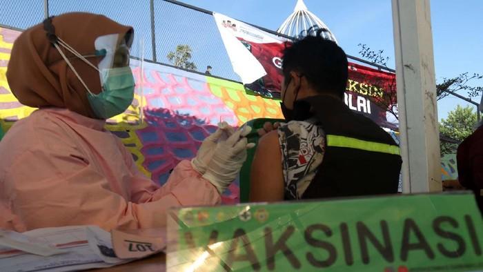 500 warga Kecamatan Cicalengka, Kabupaten Bandung, Jabar, menjalani vaksinasi COVID-19. Vaksinasi ini digelar di tempat wisata Cicalengka Dreamland.