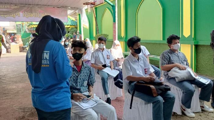 Vaksinasi massal COVID-19 di SMK Satria, Jakbar