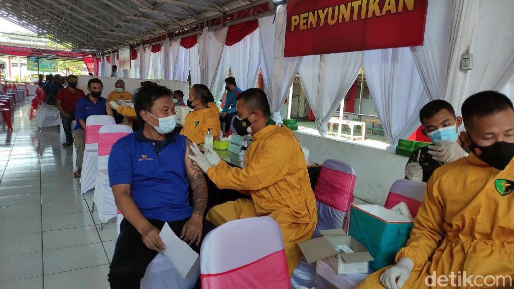 Petugas Kesulitan Atur Jaga Jarak Saat Vaksinasi Napi Lapas Semarang