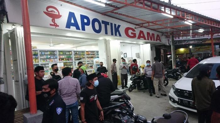 Anggota LSM geruduk salah satu apotek di Cilegon, Banten