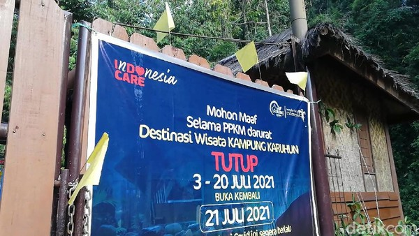 Di Sumedang bahkan lebih ekstrem. Pengelola tempat wisata Bukit Karuhun malah mengibarkan bendera kuning tanda kematian. Ketua PHRI Kabupaten Sumedang Nana Mulyana menyatakan keprihatanannya. Kebijakan PPKM yang terus berlanjut akan mengancam kematian sektor pariwisata di Kabupaten Sumedang. (Nur Azis/detikcom)