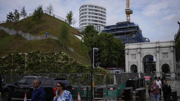 Sayang, baru dibuka minggu ini, tapi banyak pengunjung yang kecewa. Mereka bilang Marble Arch Mound hanya tumpukan puing yang belum selesai. (Matt Dunham/AP)