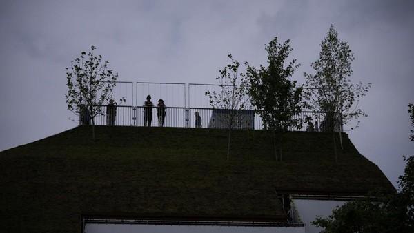 Namanya Marble Arch Mound. Berdiri setinggi 25 meter, lokasinya berada di samping salah satu persimpangan tersibuk di kota London (Matt Dunham/AP)